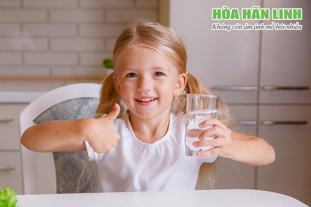 Cha mẹ nên bổ sung đủ nước khi bé đổ mồ hôi đầu nhiều
